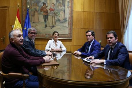 Xunta ministra Yolanda Díaz con sindicatos y patronal SMI