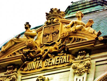 Xunta Xeneral escudu fachada por Denis Soria
