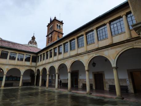 Patiu del Edificiu Históricu de la Universidá d'Uviéu recortáu